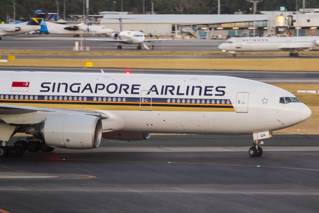9V-SQK Boeing 777-212ER (cn 33368/428) of Singapore Airlines at Perth Airport - Fri 1 March 2013