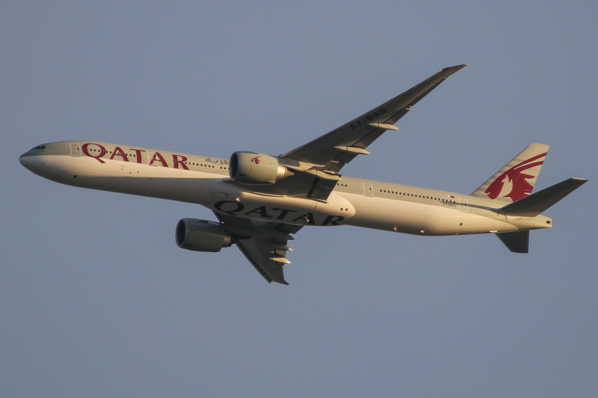 A7-BAS Boeing 777-3DZ ER (MSN 41062/997) of Qatar Airways, over northern suburbs of Perth - Mon 14 October 2013.