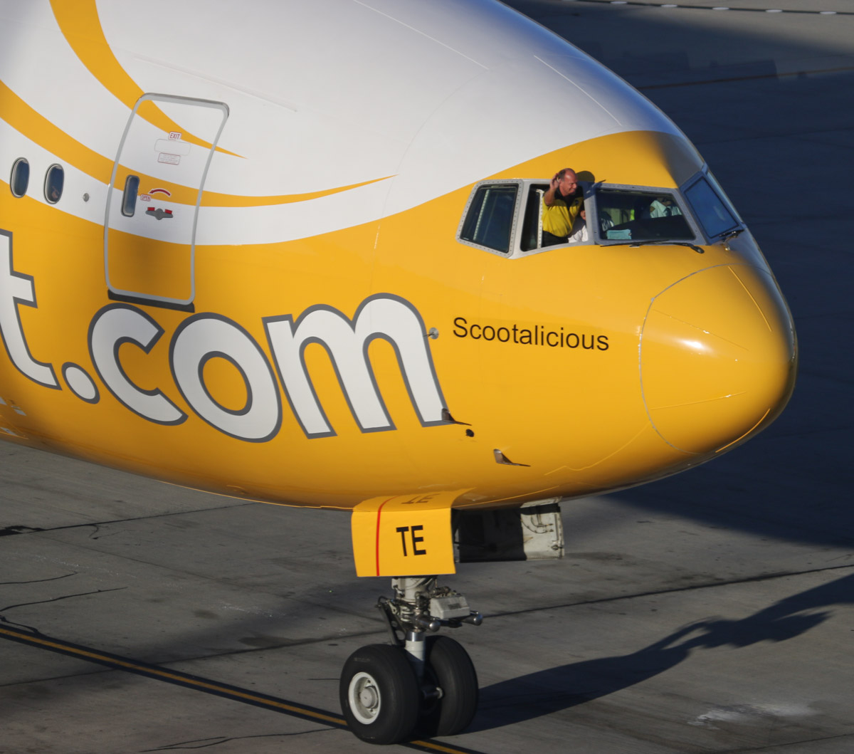 """9V-OTE Boeing 777-212ER (MSN 28519/237) of Scoot, named """"Scootalicious"""", with Scoot CEO Campbell Wilson waving to the media at Perth Airport - Thursday 12 December 2013."""