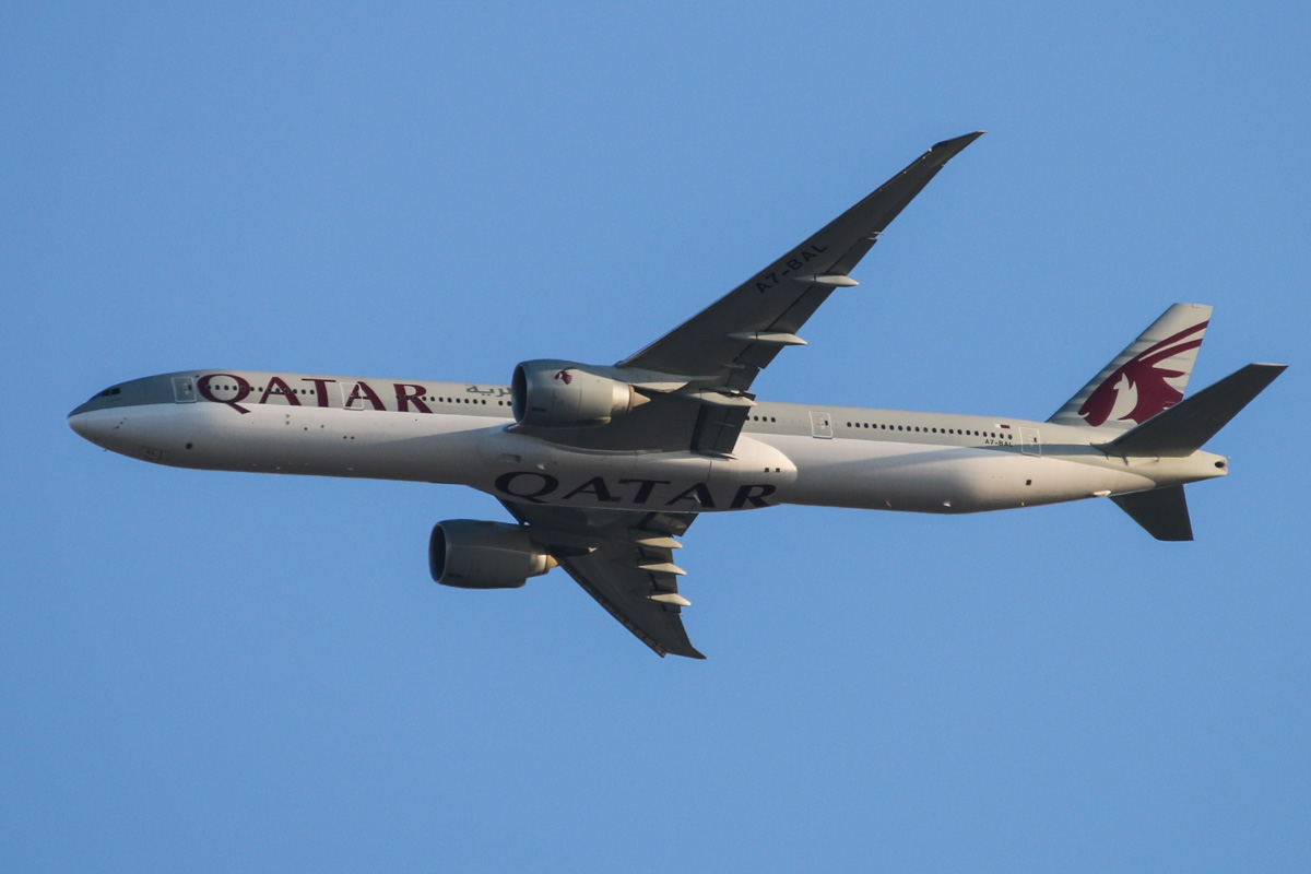 A7-BAL Boeing 777-3DZER (MSN 38244/893) of Qatar Airways, over the northern suburbs of Perth - Sun 15 December 2013.