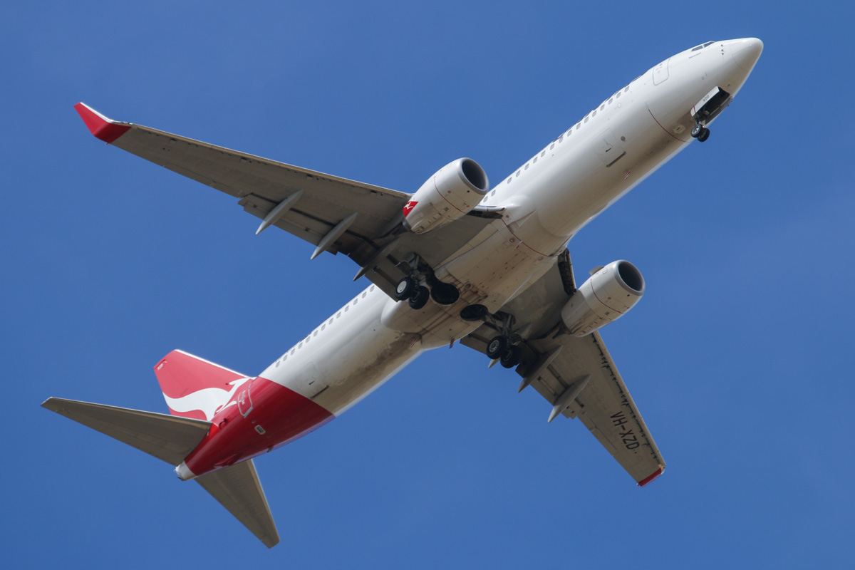 "VH-XZD Boeing 737-838 (MSN 39368/4400) of Qantas, named ""Moranbah"" over West Swan – Wed 8 January 2014. Photo © David Eyre"