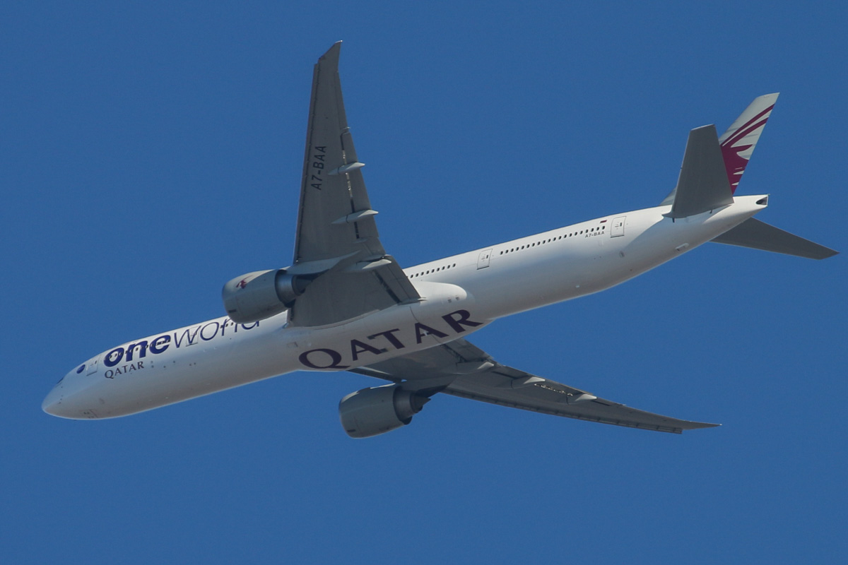 A7-BAA Boeing 777-3DZ ER (MSN 36009/676) of Qatar Airways (leased from Al Khattuya Leasing) in Oneworld livery, over the northern suburbs of Perth – Tue 14 January 2014. Photo © David Eyre