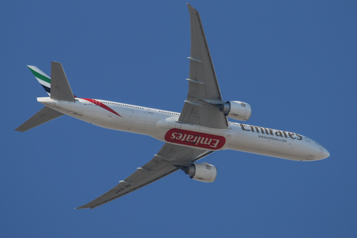 A6-EGT Boeing 777-31HER (MSN 35600/1024) of Emirates, over the northern suburbs of Perth – Sat 18 January 2014. Photo © David Eyre