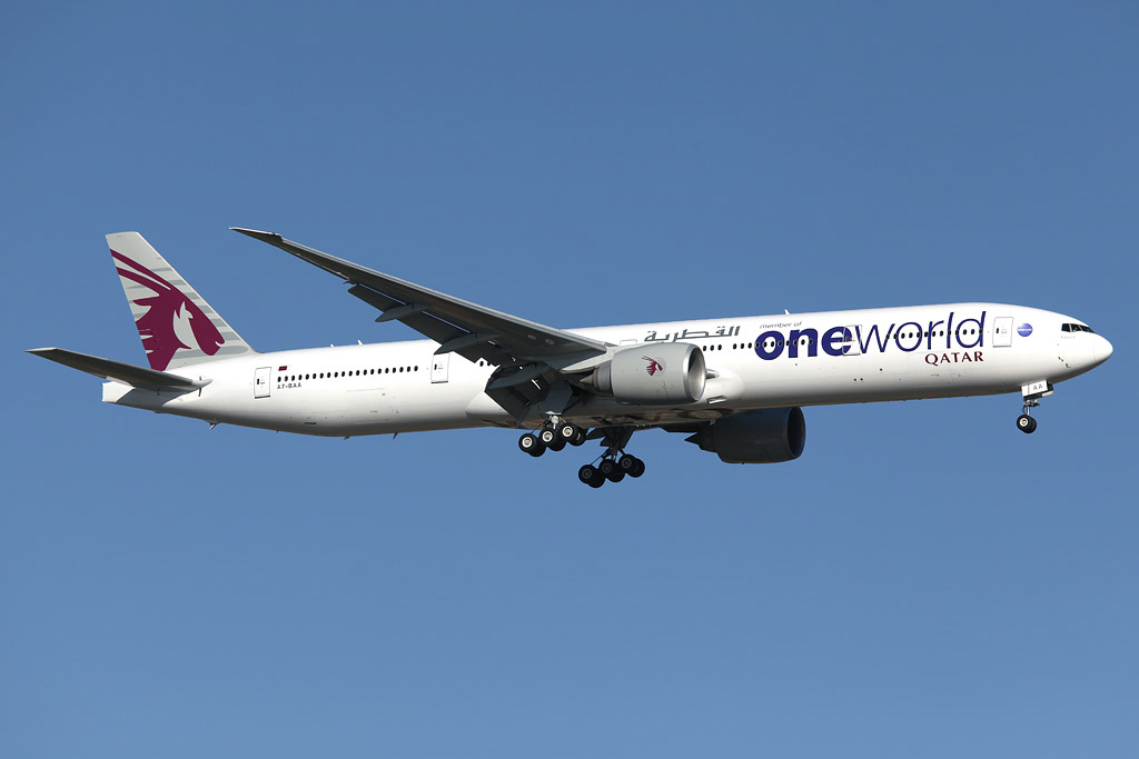 A7-BAA Boeing 777-3DZ ER (MSN 36009/676) of Qatar Airways (leased from Al Khattuya Leasing) in Oneworld livery, at Perth Airport – Sun 26 January 2014. Photo © Ian Moy
