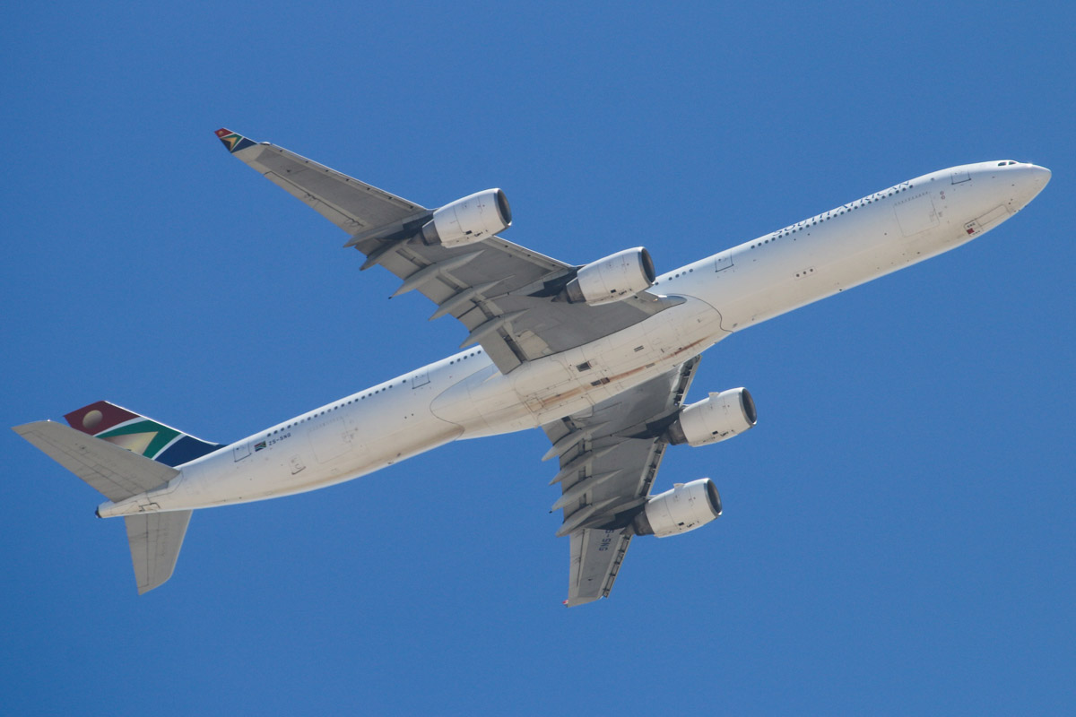 ZS-SNG Airbus A340-642 (MSN 557) of South African Airways, over the northern suburbs of Perth - Mon 27 January 2014. Photo © David Eyre