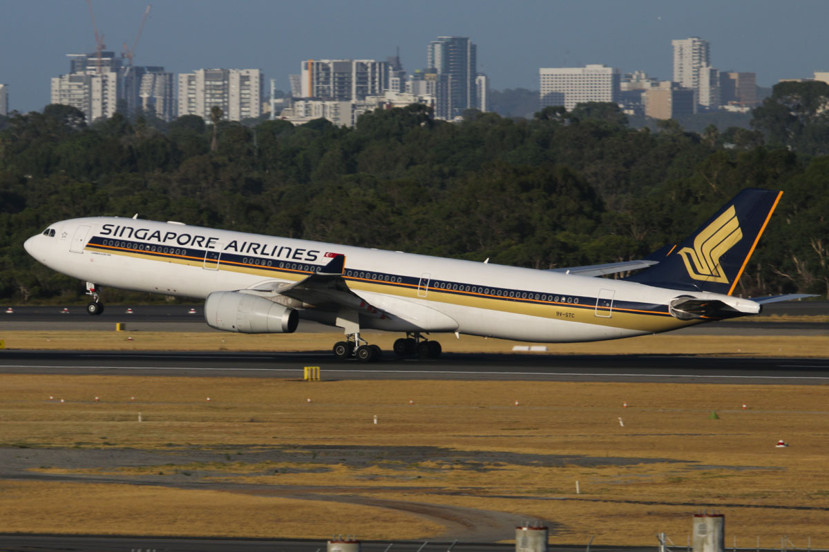 9V-STC Airbus A330-343X (MSN 986) of Singapore Airlines (leased from AWAS) at Perth Airport – Tue 28 January 2014. Photo © David Eyre
