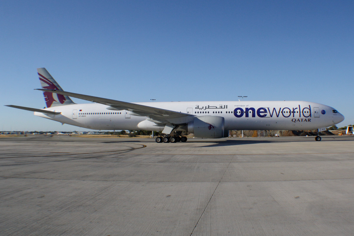A7-BAA Boeing 777-3DZ ER (MSN 36009/676) of Qatar Airways (leased from Al Khattuya Leasing) in Oneworld livery, at Perth Airport – Sun 26 January 2014. Photo © Wilson