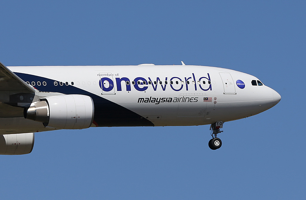 9M-MTO Airbus A330-323X (MSN 1489) of Malaysia Airlines, with Oneworld titles, at Perth Airport – Sun 9 February 2014. Photo © Keith Anderson