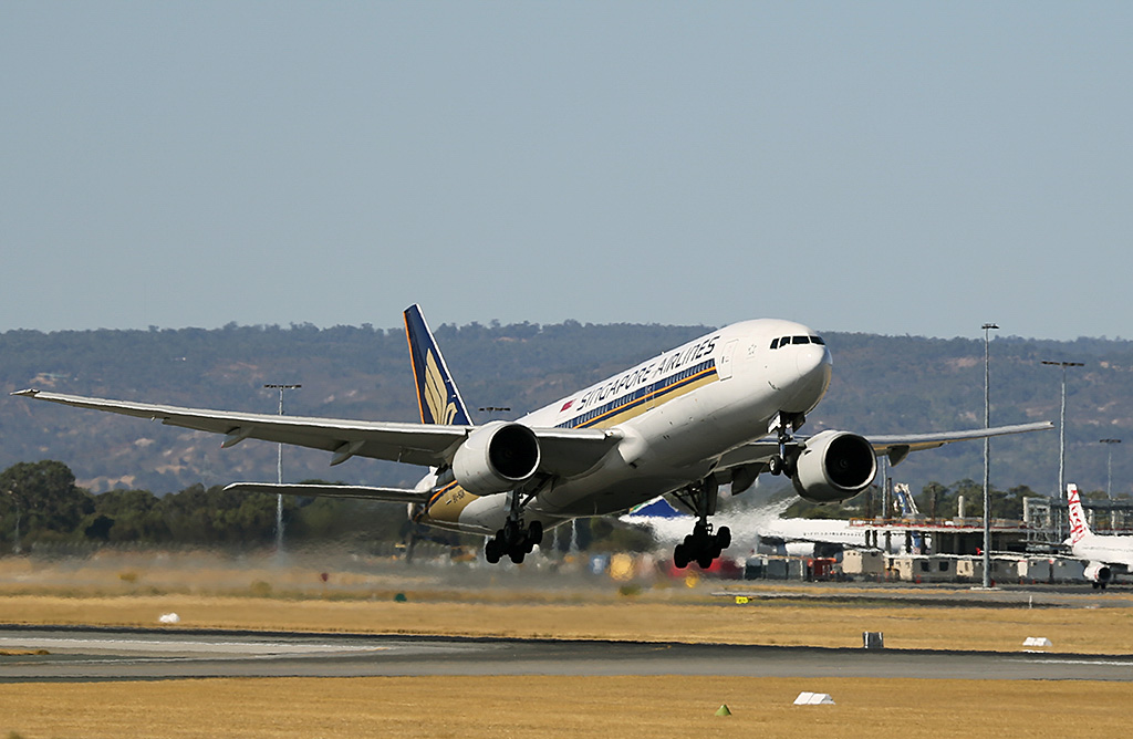 9V-SQK Boeing 777-212ER (MSN 33368/428) of Singapore Airlines, at Perth Airport – Sun 9 February 2014. Photo © Keith Anderson
