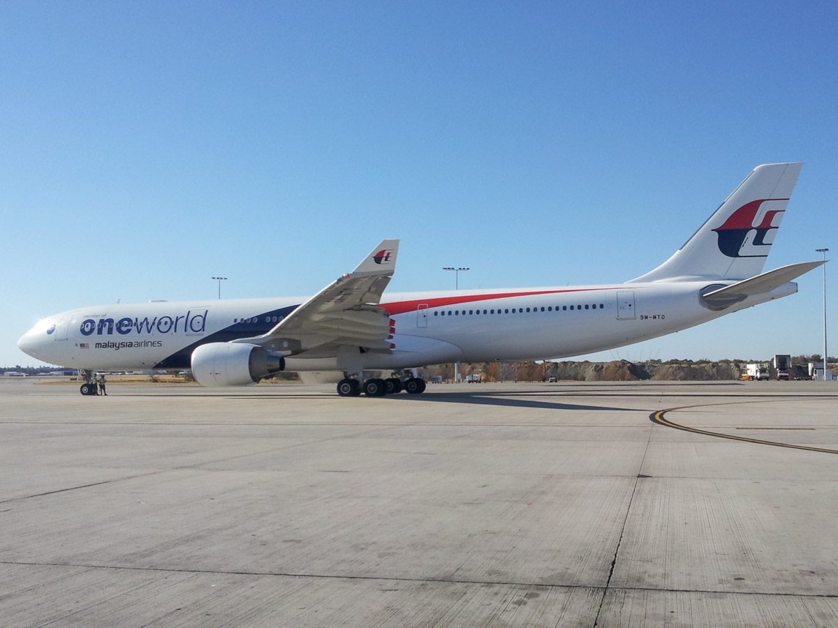9M-MTO Airbus A330-323X (MSN 1489) of Malaysia Airlines, with Oneworld titles, at Perth Airport – Fri 28 February 2014. Photo © Wilson