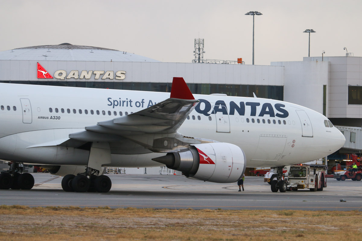 VH-EBL Airbus A330-202 (MSN 976) Qantas, named 'Whitsundays' at Perth Airport– Fri 4 April 2014. Photo © David Eyre