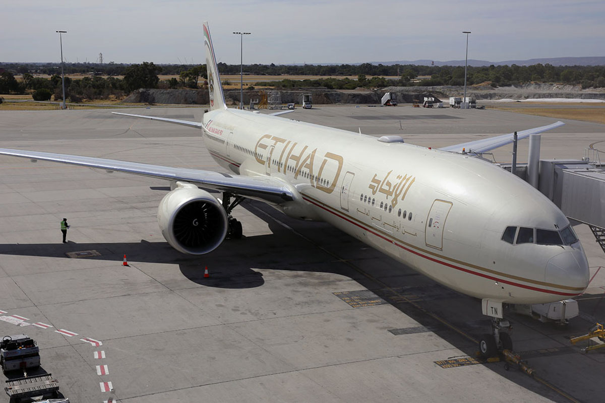 A6-ETN Boeing 777-3FXER (MSN 39689/1086) of Etihad, at Perth Airport – Thu 17 April 2014. Photo © Ian Moy