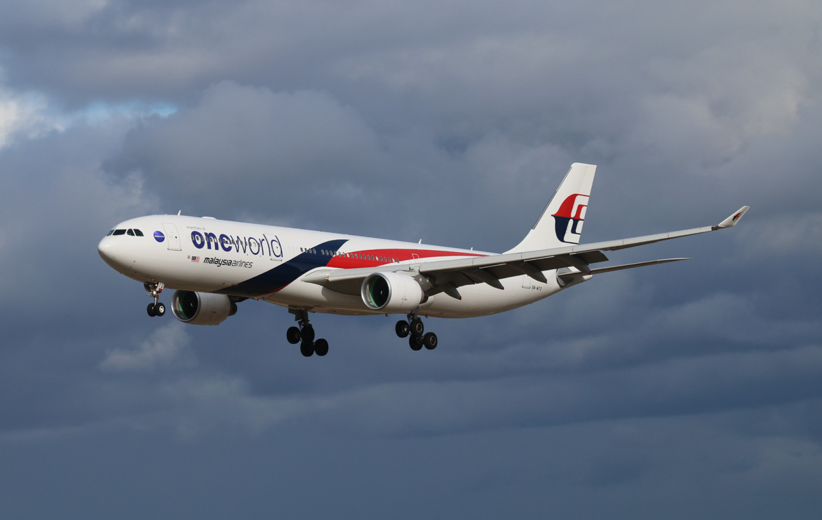 9M-MTO Airbus A330-323X (MSN 1489) of Malaysia Airlines, with Oneworld titles, at Perth Airport – Mon 5 May 2014. Photo © Steve Jaksic