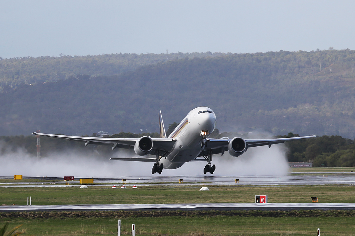 9V-SQM Boeing 777-212ER (MSN 33372) of Singapore Airlines at Perth Airport – Friday 23 May 2014