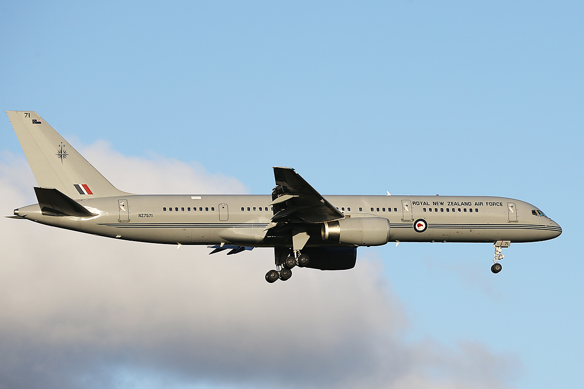NZ-7571 Boeing 757-2k2 {MSN 26633) of Royal New Zealand Air Force at Perth Airport – Sunday 01 June 2014 is seen on final approach To runway 21 at 16:21