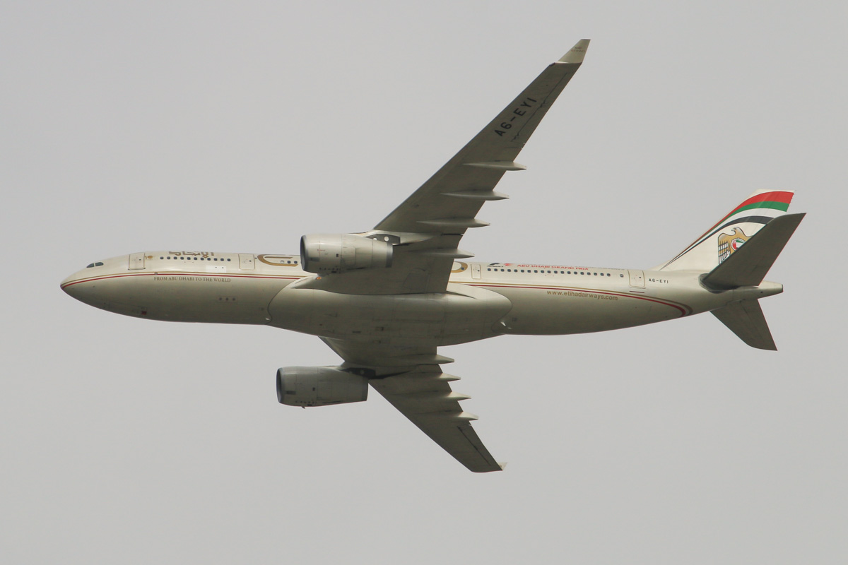 A6-EYI Airbus A330-243 (MSN 730) of Etihad, over the northern suburbs of Perth - Wed 30 July 2014. Flight EY486 from Abu Dhabi, at 2,800 feet heading north east over the northern suburbs at 2:25pm and turning to join the approach to Perth Airport's runway 21. Photo © David Eyre