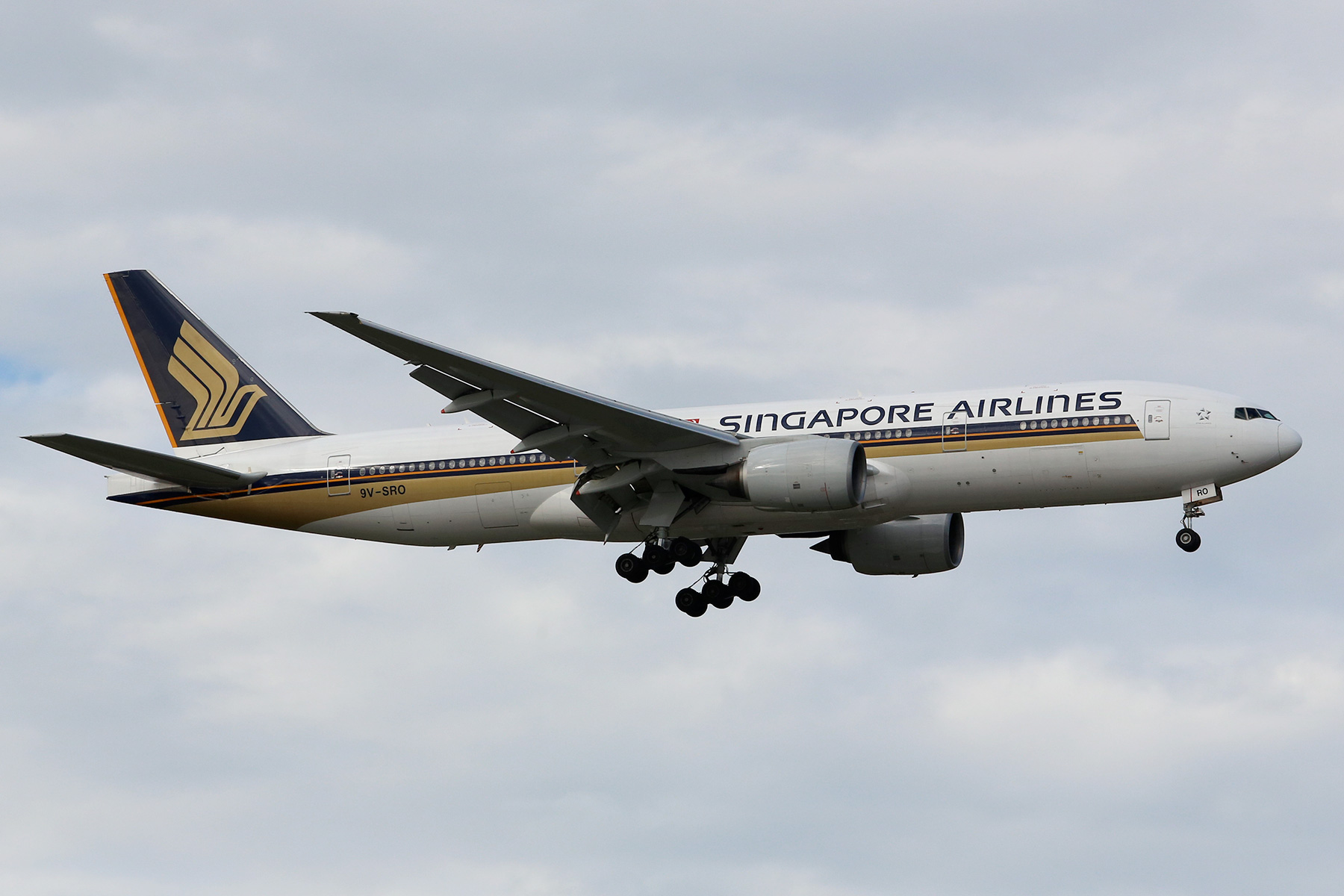 9V-SRO Boeing 777-212ER (MSN 32321) of Singapore Airlines at Perth Airport – Sun 10 August 2014