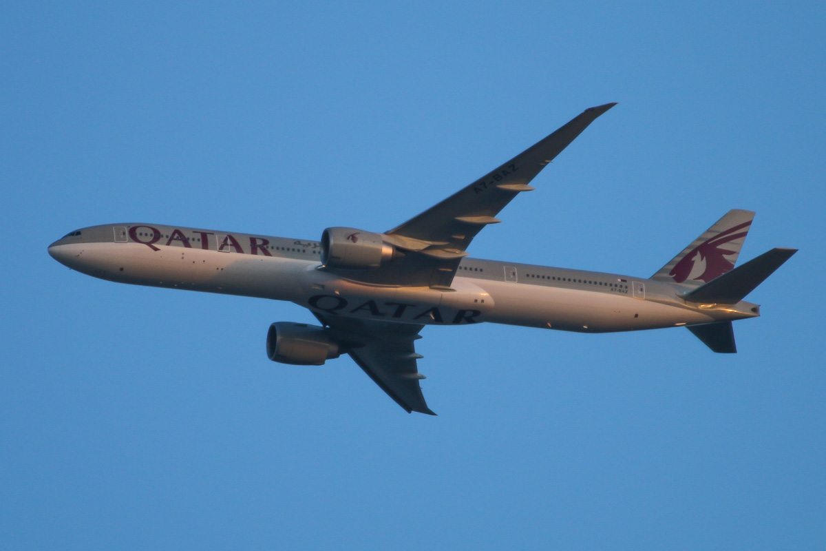 A7-BAZ Boeing 777-3DZER (MSN 41781/1093) named 'Al Swaihiliyya', of Qatar Airways, over the northern suburbs of Perth – Sun 24 August 2014. First visit to Perth. Flight QR900 from Doha, flying north east at 3,400 feet at 5:44pm before turning right to join the approach to Perth Airport's runway 21. Photo © David Eyre.