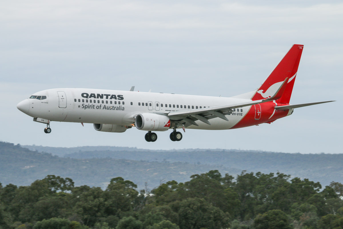 VH-VYE Boeing 737-838 (MSN 33993/1712) named 'Alice Springs' of Qantas, at Perth Airport - Fri 5 September 2014. Landing on runway 03 at 8:21am as QF593 from Adelaide. Photo © David Eyre
