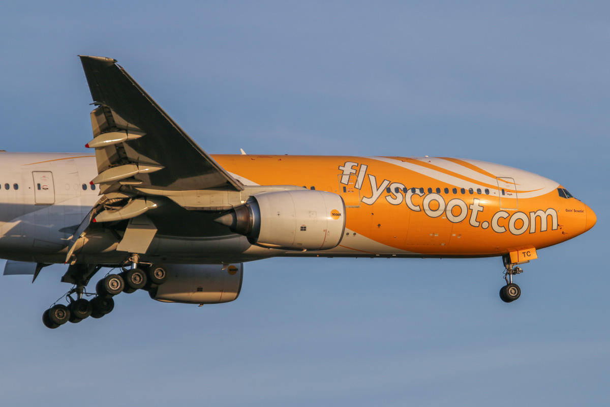 "9V-OTC Boeing 777-212ER (MSN 28509/86) named 'Goin' Scootin'', of Scoot, at Perth Airport - Sat 1 November 2014. ""SCOOTER 008"" from Singapore, on final approach to runway 21 at 6:08pm. Photo © David Eyre"