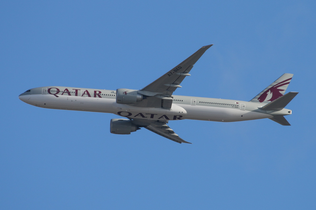 A7-BED Boeing 777-3DZER (MSN 60330/1244) of Qatar Airways over the northern suburbs of Perth – Sat 22 November 2014. Flight QR900 from Doha, ar 2,500 feet heading northeast before joining on final approach to Perth Airport's runway 21 at 5:26 pm. Photo © David Eyre