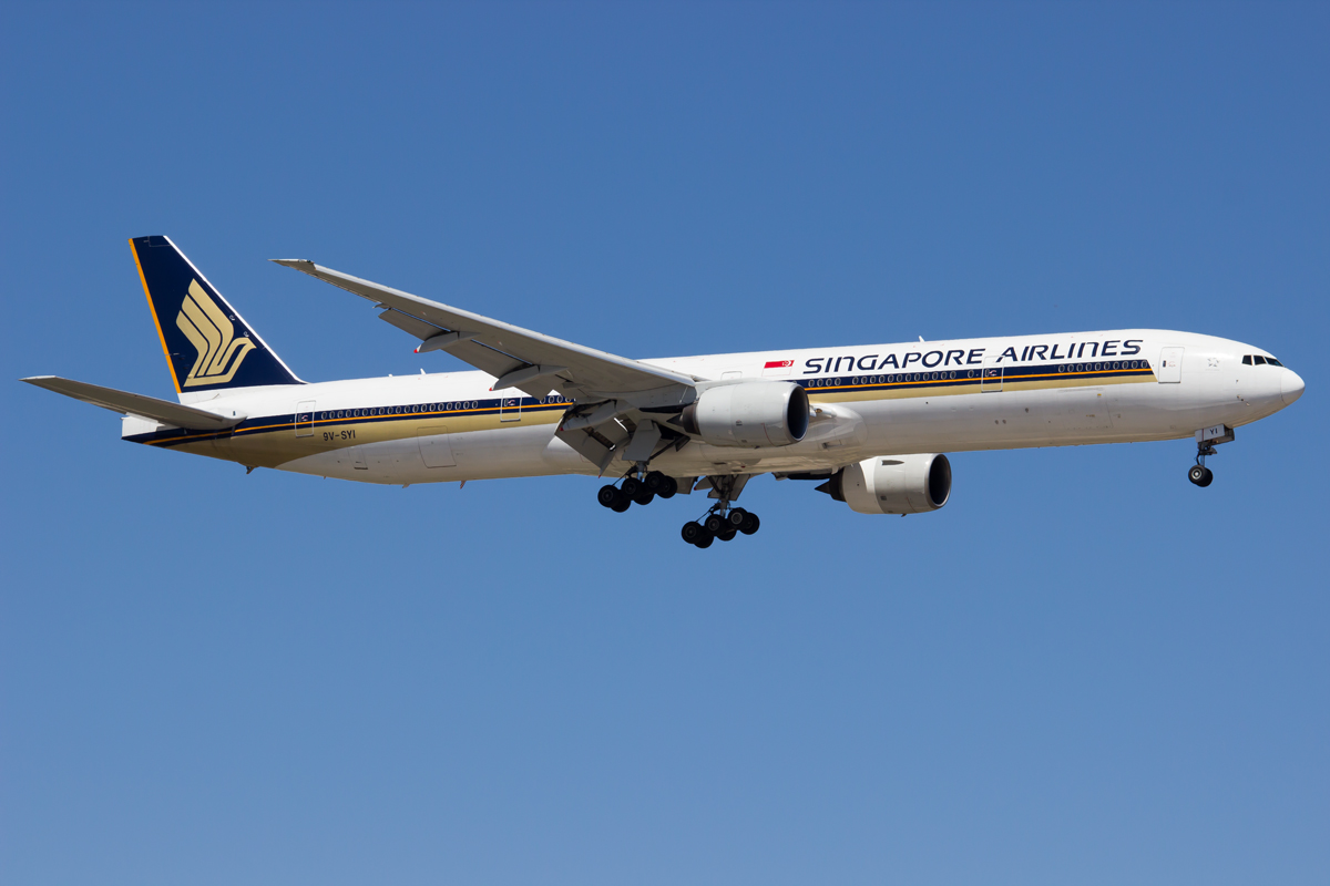 9V-SYI Boeing 777-312 (MSN 32327) of Singapore Airlines at Perth Airport – Sun 28 Dec 2014.