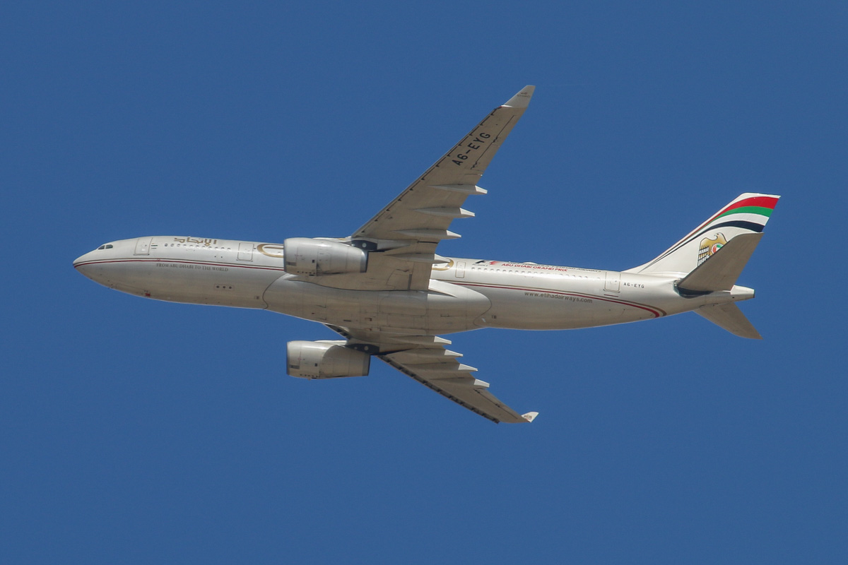 A6-EYG Airbus A330-243 (MSN 724) of Etihad Airways, over the northern suburbs of Perth - Mon 2 March 2015. Flight EY486 from Abu Dhabi, at 3,000 feet on descent at 1.40pm, before joining the approach to Perth Airport's runway 21. Photo © David Eyre