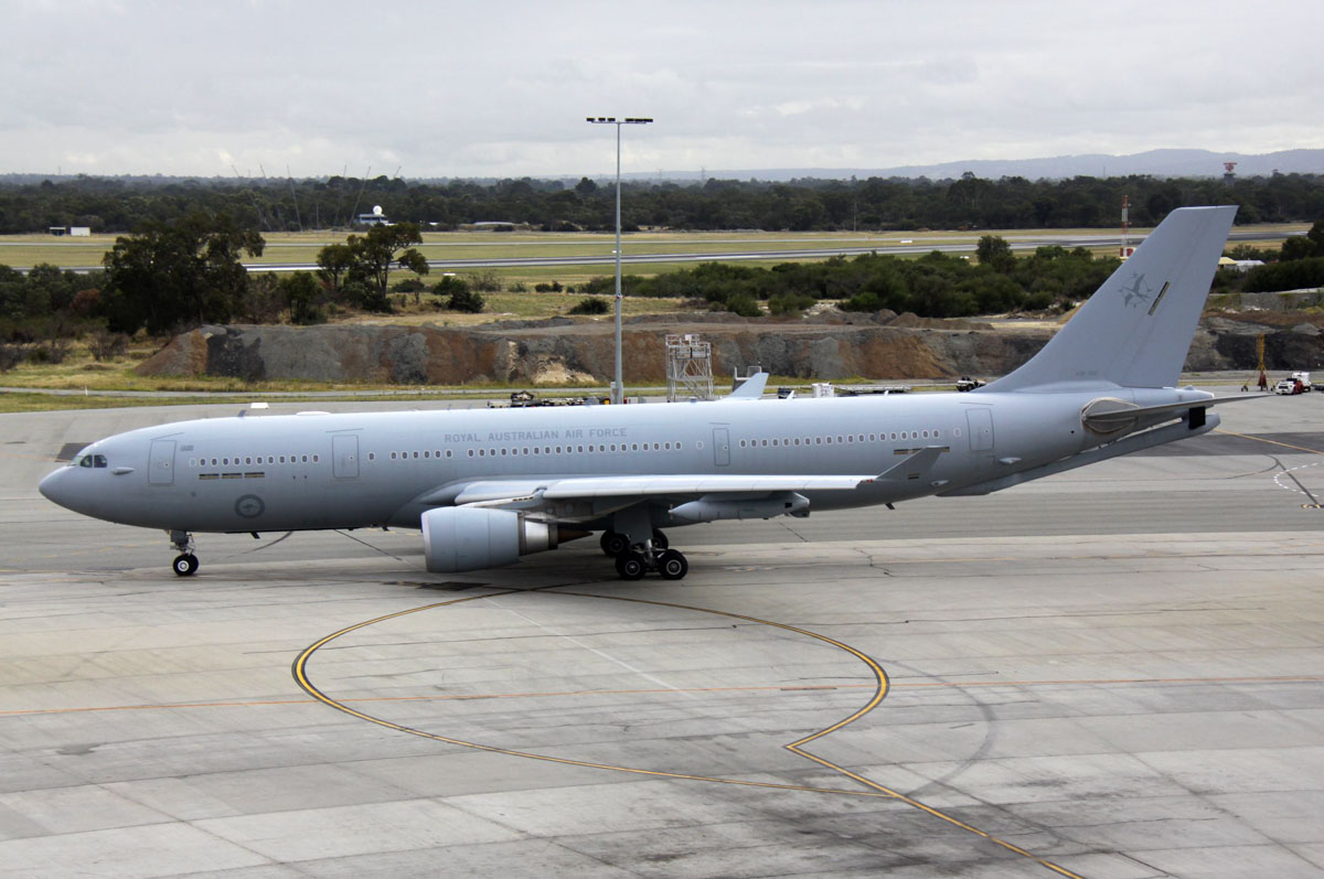 A39-005 Airbus KC-30A (A330-203MRTT) (MSN 1183) of 33 Squadron, RAAF, based at Amberley, QLD, at Perth Airport - Thu 19 March 2015. Departing from Terminal 1 at 8:29am as 'DRAGON 16' to its home base at Amberley, Queensland. It arrived the previous day from Darwin. Photo © Steve Jaksic