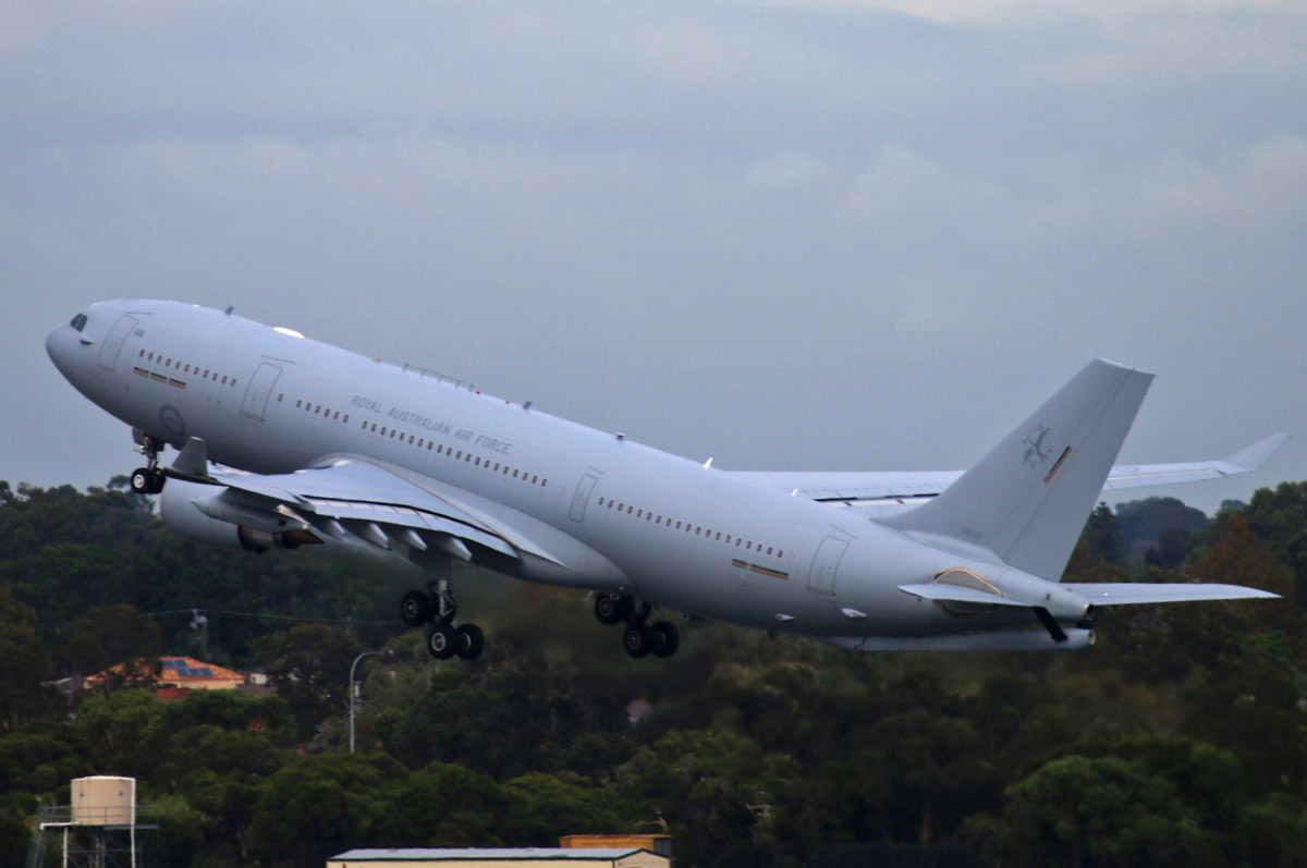 A39-005 Airbus KC-30A (A330-203MRTT) (MSN 1183) of 33 Squadron, RAAF, based at Amberley, QLD, at Perth Airport - Thu 19 March 2015. Taking off from runway 21 at 8:30am as 'DRAGON 16' to its home base at Amberley, Queensland. It arrived the previous day from Darwin. Photo © Steve Jaksic