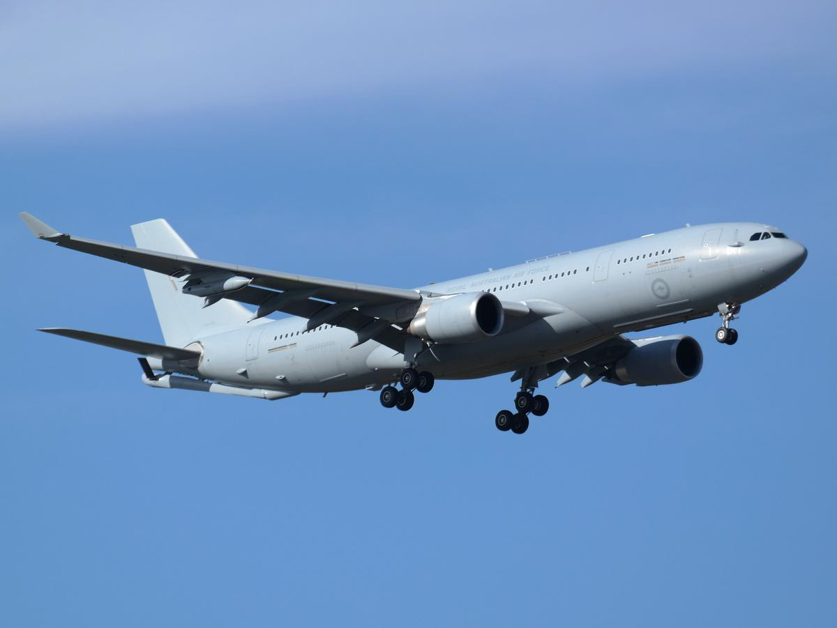 A39-005 Airbus KC-30A (A330-203MRTT) (MSN 1183) of 33 Squadron, RAAF, based at Amberley, QLD, at Perth Airport - Sun 5 April 2015. On final approach to runway 21 at 3:50pm as 'AUSY 433', arriving from Diego Garcia after a refuelling mission. Photo © Jimmy Leng