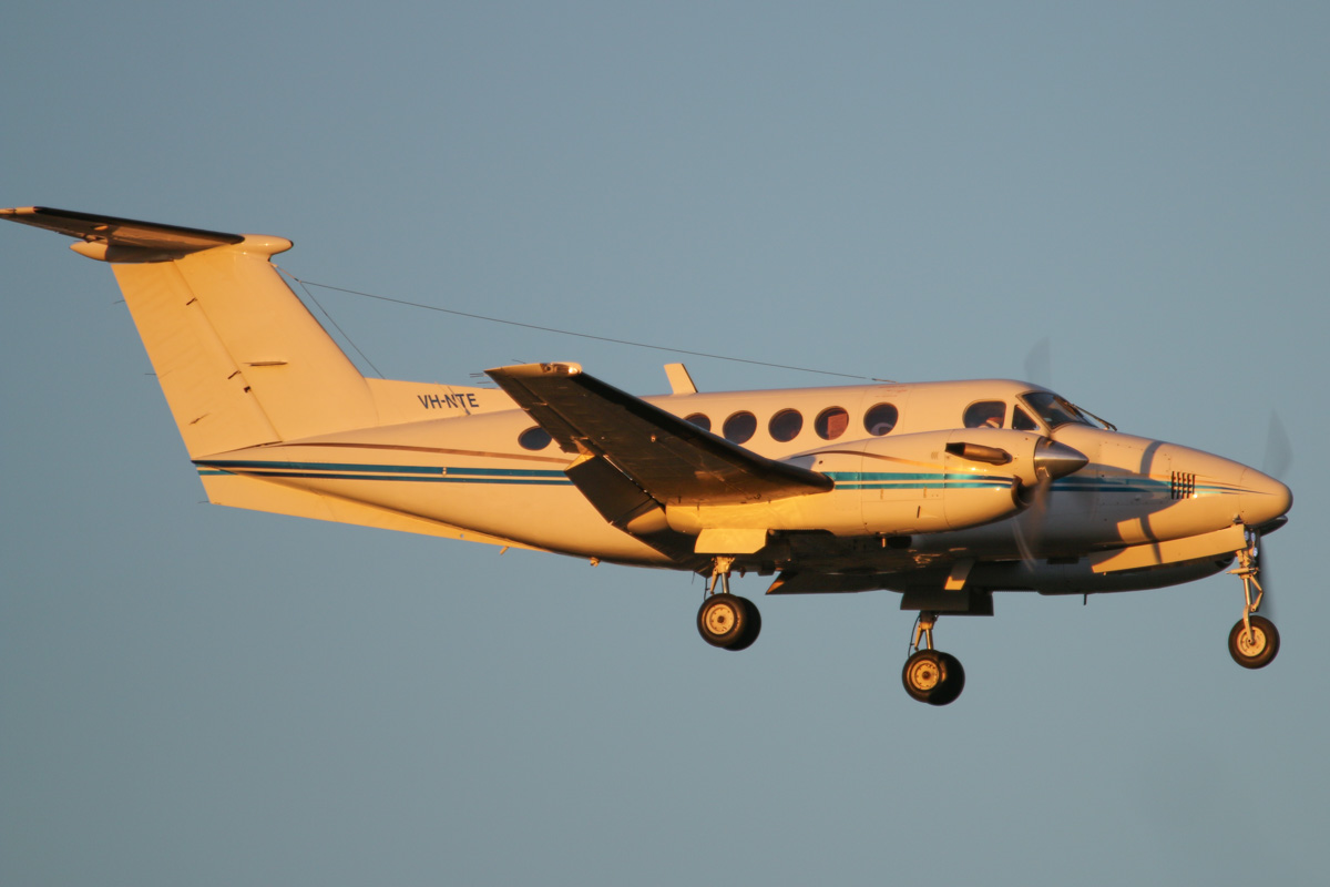 VH-NTE Beech King Air 200 (MSN BB-529) operated by Star Aviation, at Perth Airport - Wed 6 May 2015. On final approach to Perth Airport at 5:18pm, on a FIFO charter flight from Karara iron ore mine. Ex VH-SWP, F-GIQV, N30AH, F-GIIY, EC-FPH, EC-191, F-GHPR, N602MC, N80LM, N333SR. Photo © David Eyre