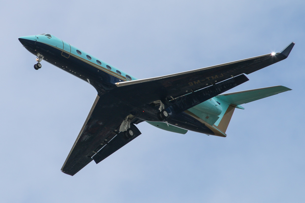 9M-TMJ Gulfstream GV-SP (G550) (MSN 5493) owned by the Sultan of Johor, over Queens Park, Perth – Sat 29 August 2015. On approach to Perth Airport's runway 03 at 12:20 pm, arriving from Johor Bahru, Malaysia. Photo © David Eyre