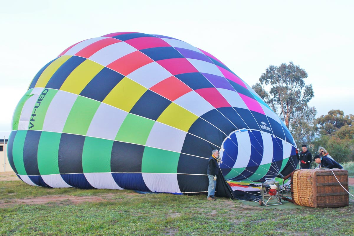 VH-UED Kavanagh EX-60 balloon (MSN EX60-473) owned by Balloon Over Australia Pty Ltd, of Lane Cove, NSW at Cunderdin - Sat 29 August 2015. Preparing for take off on a practice flight for the National Ballooning Championships. They had to relocate from Northam due to fog. Photo © Jonathan Williams