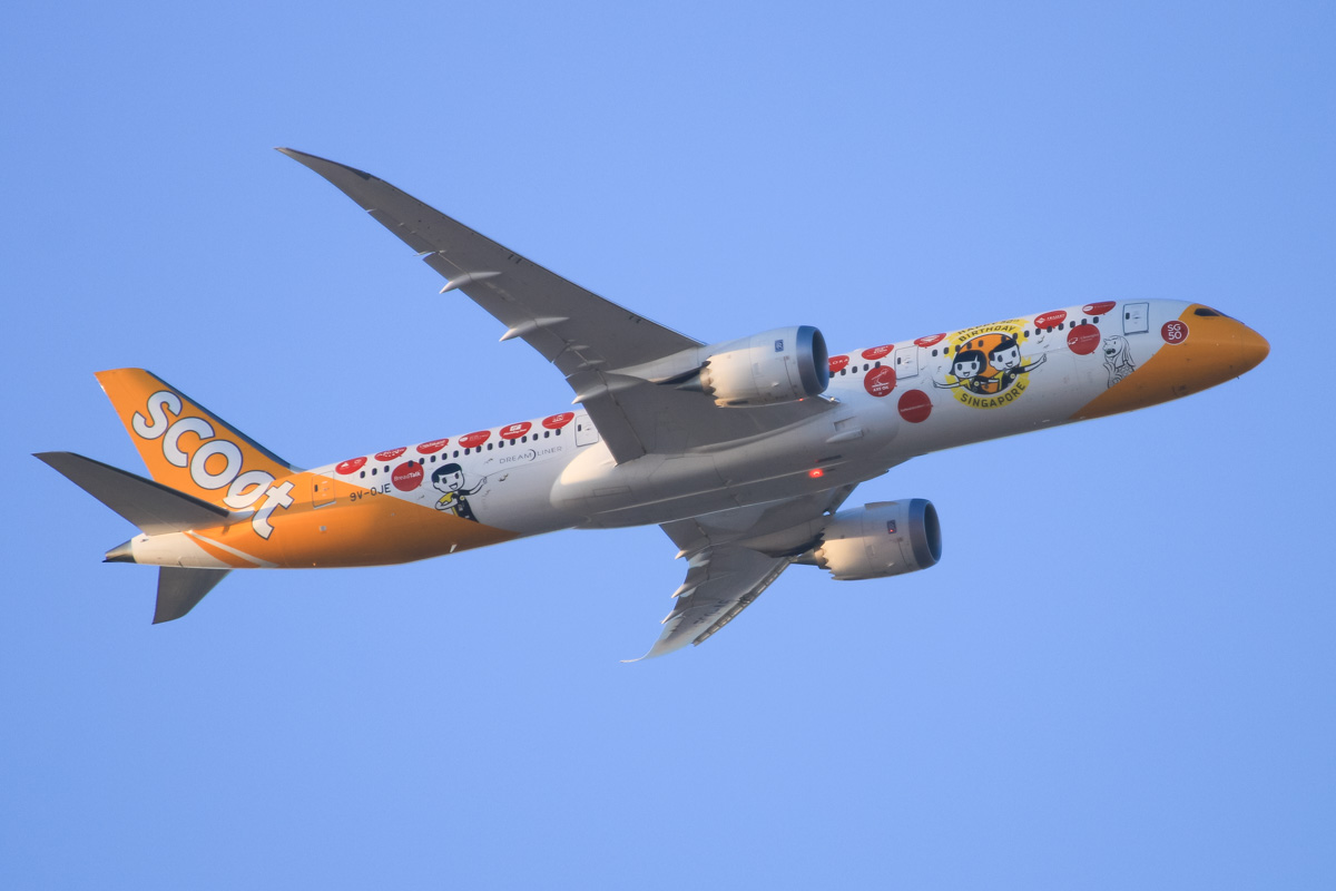 9V-OJE Boeing 787-9 Dreamliner (MSN 37116/316) of Scoot, 'Happy 50th Birthday Singapore' livery, over the northern suburbs of Perth – Mon 28 September 2015. Wearing a special scheme to celebrate Singapore's 50th anniversary of independence. Flight TZ008 from Singapore at 5:35pm, headed east at 2,700 feet, before turning right to join the approach to Perth Airport's runway 21. Photo © David Eyre
