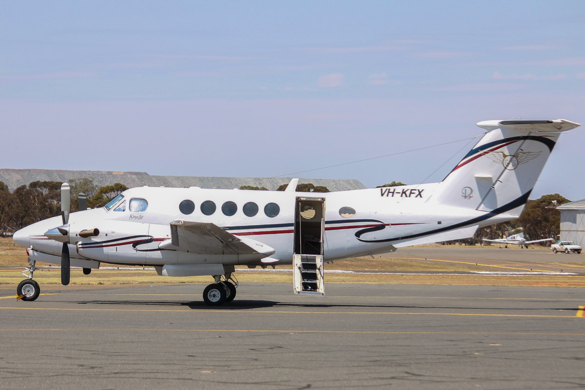 VH-KFX Beech B200 Super King Air (MSN BB-1862) owned by Goldfields Air Services (GAS) (Texrio Pty Ltd) at Kalgoorlie Airport - 22 October 2015. Built in 2004, ex N225WC, N6162X. Based at Kalgoorlie. Photo © Jonathan Williams