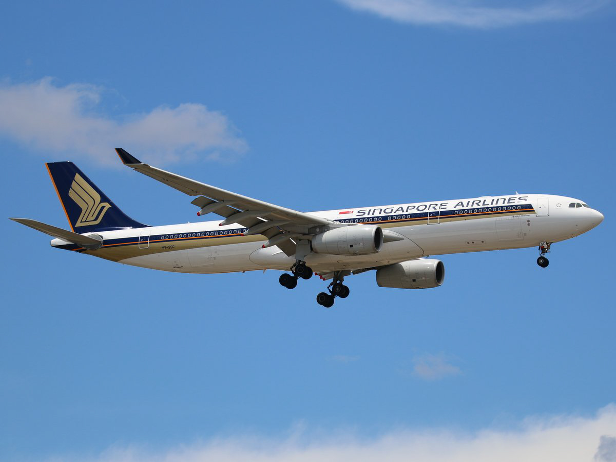 9V-SSC Airbus A330-343X (MSN 1544) of Singapore Airlines, at Perth Airport – Thu 5 November 2015. Flight SQ213 from Singapore, on final approach to runway 21 at 12:32pm. SQ213/226 is temporarily being operated by A330-300s instead of the usual Boeing 777-200ER. Photo © Jimmy Leng