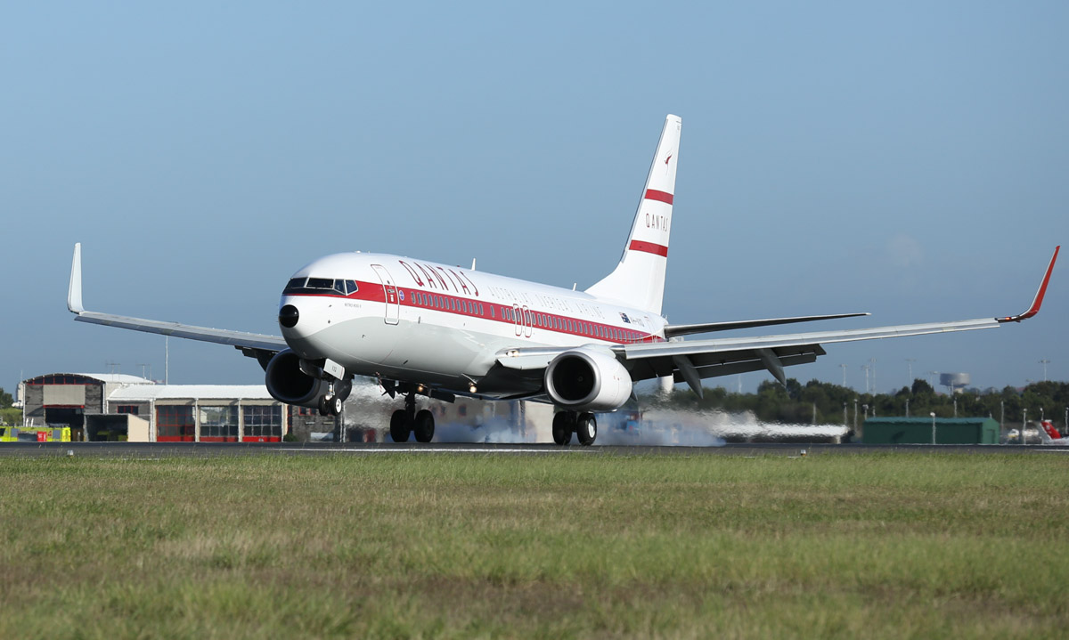 VH-VXQ Boeing 737-838 (MSN 33723/1335) 'Retro Roo II' of Qantas, in 1959-1961 retro livery, at Sydney Airport - Mon 16 November 2015. To mark the 95th anniversary of Qantas, this 737 was repainted in the livery worn by Qantas' first jet aircraft, the Boeing 707, during 1959-61. It is seen here landing at Sydney at 7:58am as QF6195 from Townsville, where it was repainted. Photo © Qantas