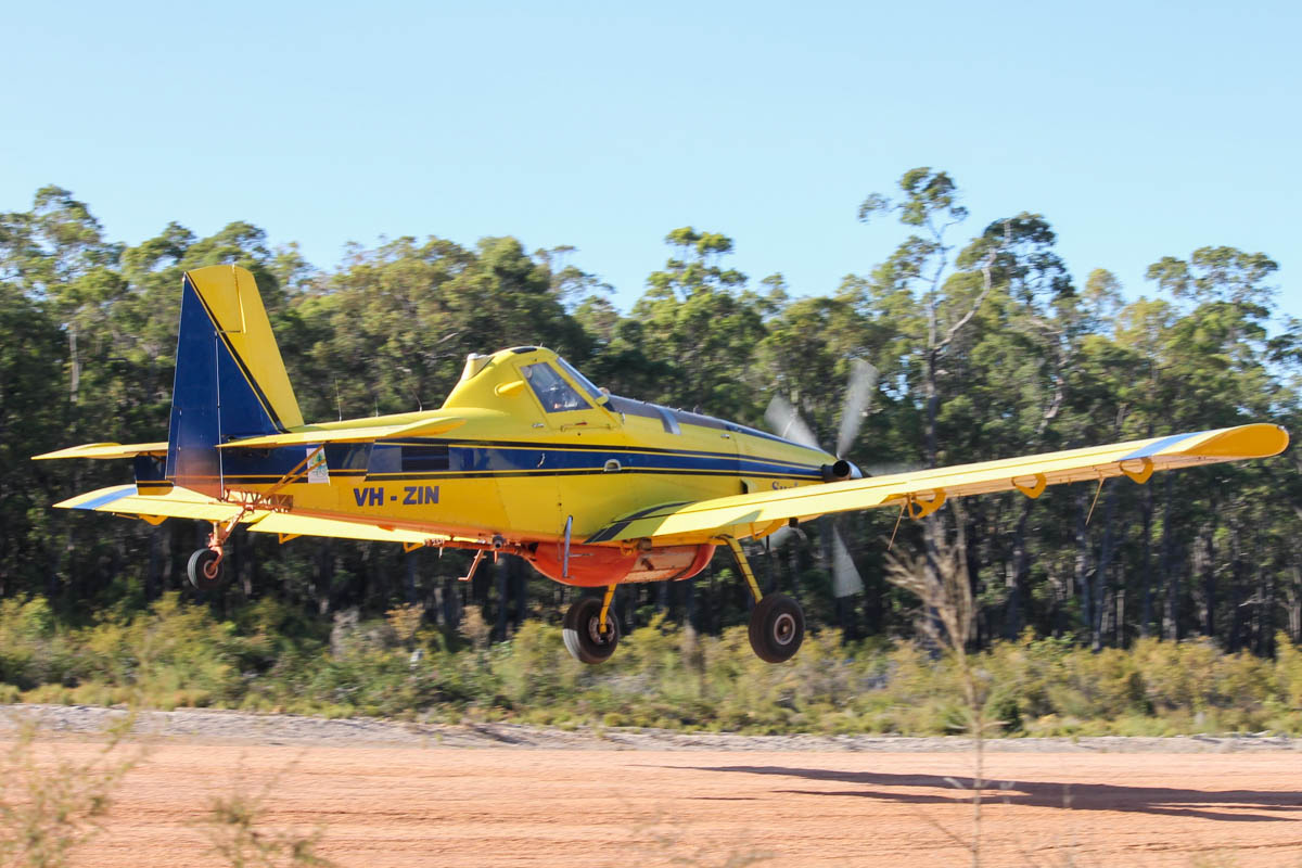 VH-ZIN / BOMBER 409 Air Tractor AT-802A (MSN 802A-0369) owned by Zinjune Pty Ltd, St George, Queensland, at Dwellingup Airstrip – Thu 14 January 2016. Brought over from Queensland to help fight major fires in the area of Waroona, which had been started by lightning and destroyed nearly 200 homes. Photo © Jonathan Williams