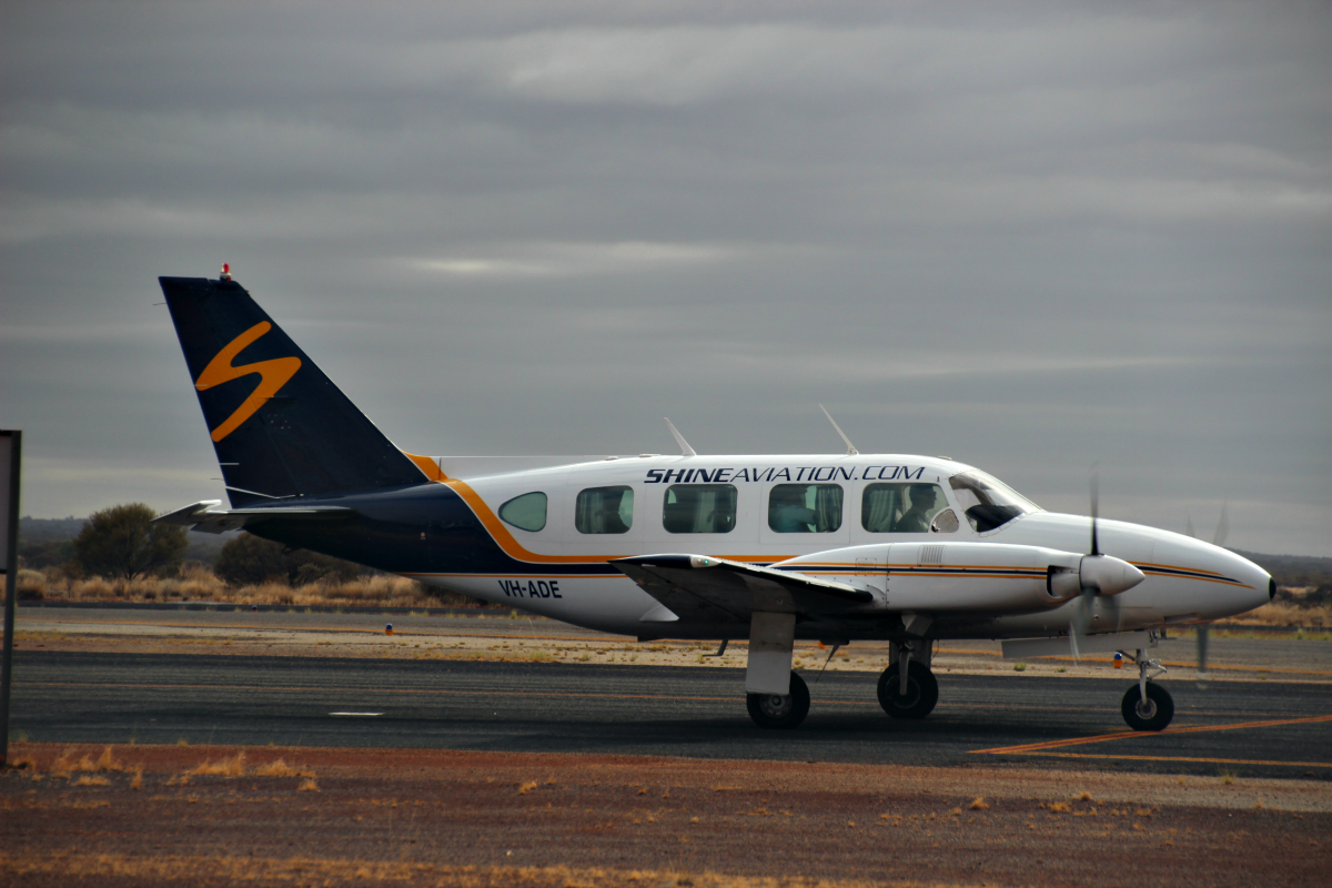 VH-ADE Piper PA 31 Navajo (MSN 31-7712006) of Shine Aviation at Meekatharra Airport – 19 Jan 2016.