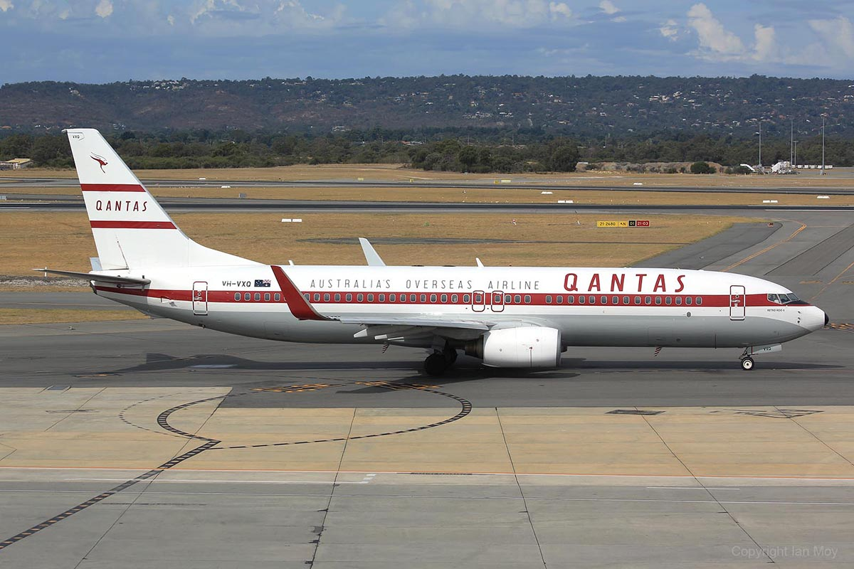 VH-VXQ Boeing 737-838 (MSN 33723/1335) 'Retro Roo II' of Qantas, in 1959-1961 retro livery, at Perth Airport – 25 March 2016.