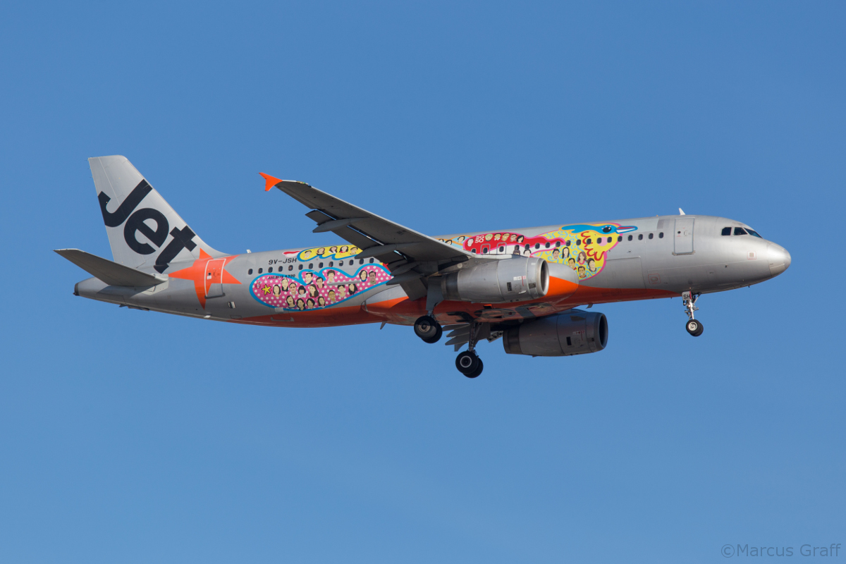 9V-JSH Airbus A320-232 (MSN 2604) of Jetstar Asia, with Singapore 50th Anniversary livery, at Perth Airport – Fri 15 April 2016. Flight 3K133 from Singapore, on approach to runway 03 at 8:35 am. Photo © Marcus Graff