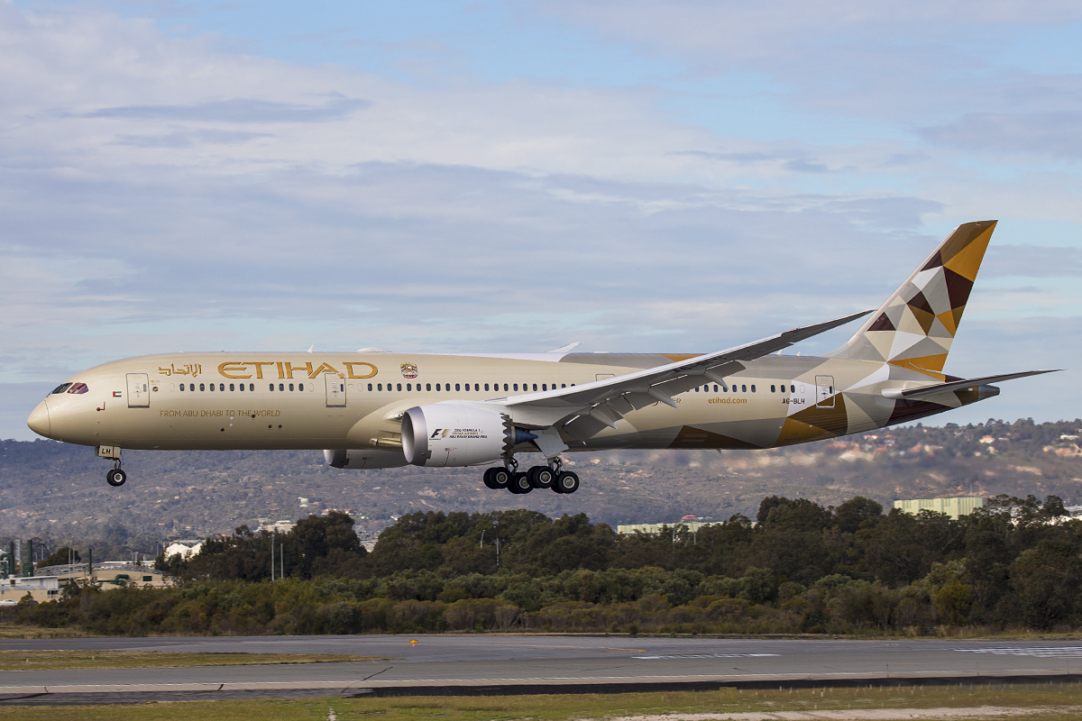 A6-BLH Boeing 787-9 DreamLiner (MSN 39653) of Etihad at Perth Airport – 28 July 2016.