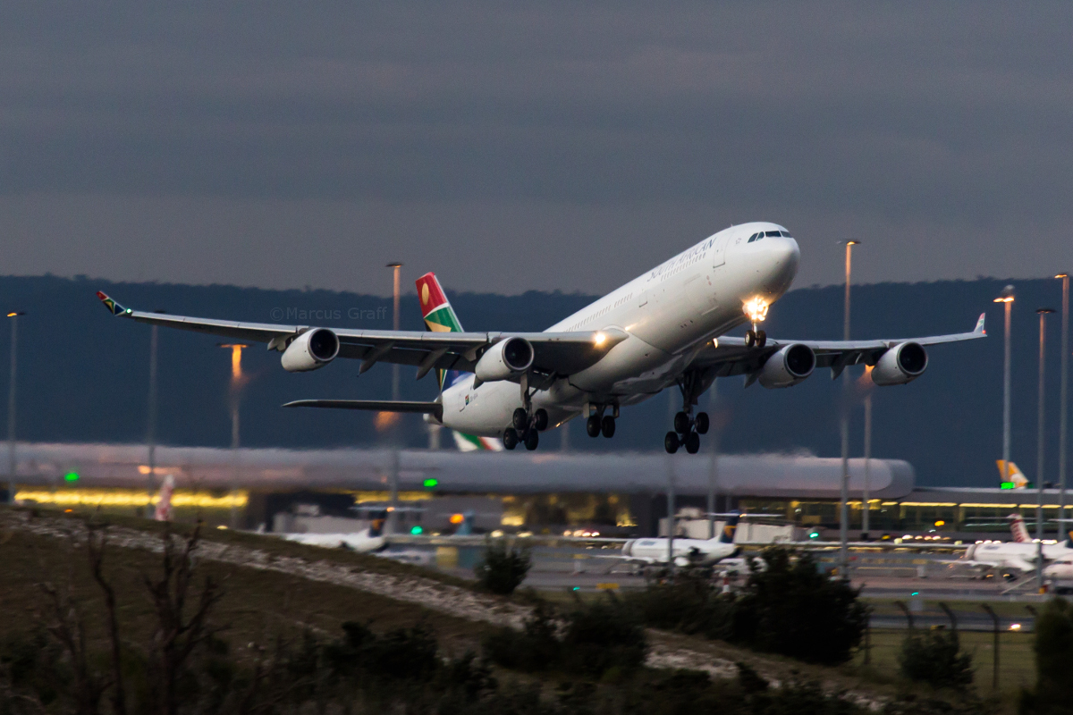 ZS-SXA Airbus A340-313X (MSN 544) of South African Airways at Perth Airport – Fri 2 September 2016 Flight SA9281 to Johannesburg, taking off from runway 21 at 6:09pm. The aircraft was delayed on the inbound flight from Johannesburg as SA280, arriving at 3:49pm instead of the usual 12:20pm, and departed early as SA9281 as seen here. Photo © Marcus Graff