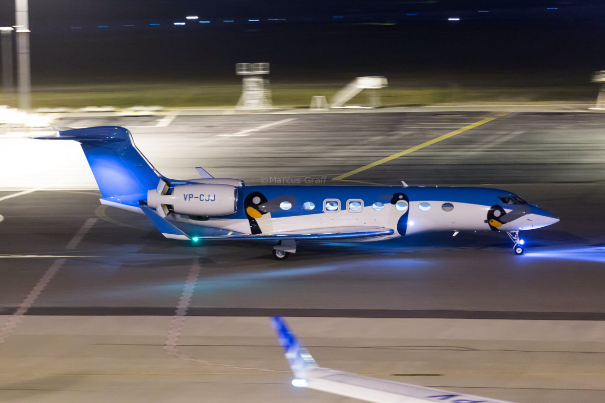 VP-CJJ Gulfstream G650ER (G-VI) (MSN 6123) owned by Superb Fly Limited, Hong Kong, at Perth Airport – Sat 15 October 2016. Taxying in at 11:24pm, after arriving from Shenzen, China. Wears a distinctive penguin livery. Whilst registered in the Cayman Islands, this aircraft is based in Hong Kong. It was delivered new in May 2015. Photo © Marcus Graff