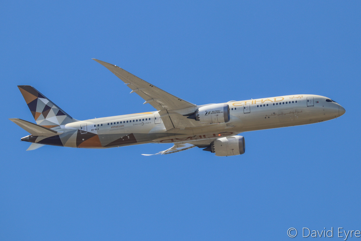 A6-BLG Boeing 787-9 Dreamliner (MSN 39652/432) of Etihad, over the northern suburbs of Perth – Sun 16 October 2016. Flight EY486 from Abu Dhabi, joining the approach to Perth Airport's runway 21 at 1:17pm. Photo © David Eyre