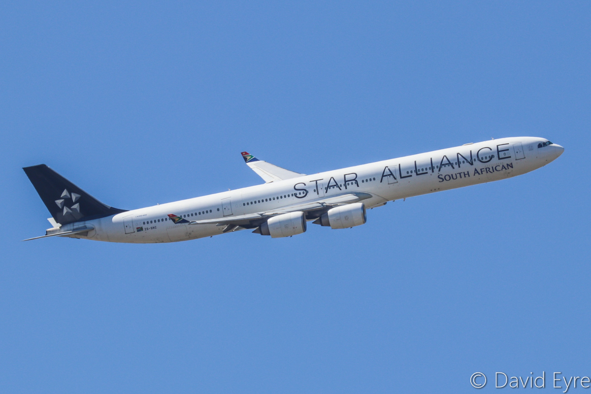 ZS-SNC Airbus A340-642 (MSN 426) of South African Airways, in Star Alliance livery, over the northern suburbs of Perth - Sun 16 October 2016. Flight SA280 from Johannesburg, turning onto the approach to Perth Airport's runway 21 at 1:06pm. Photo © David Eyre