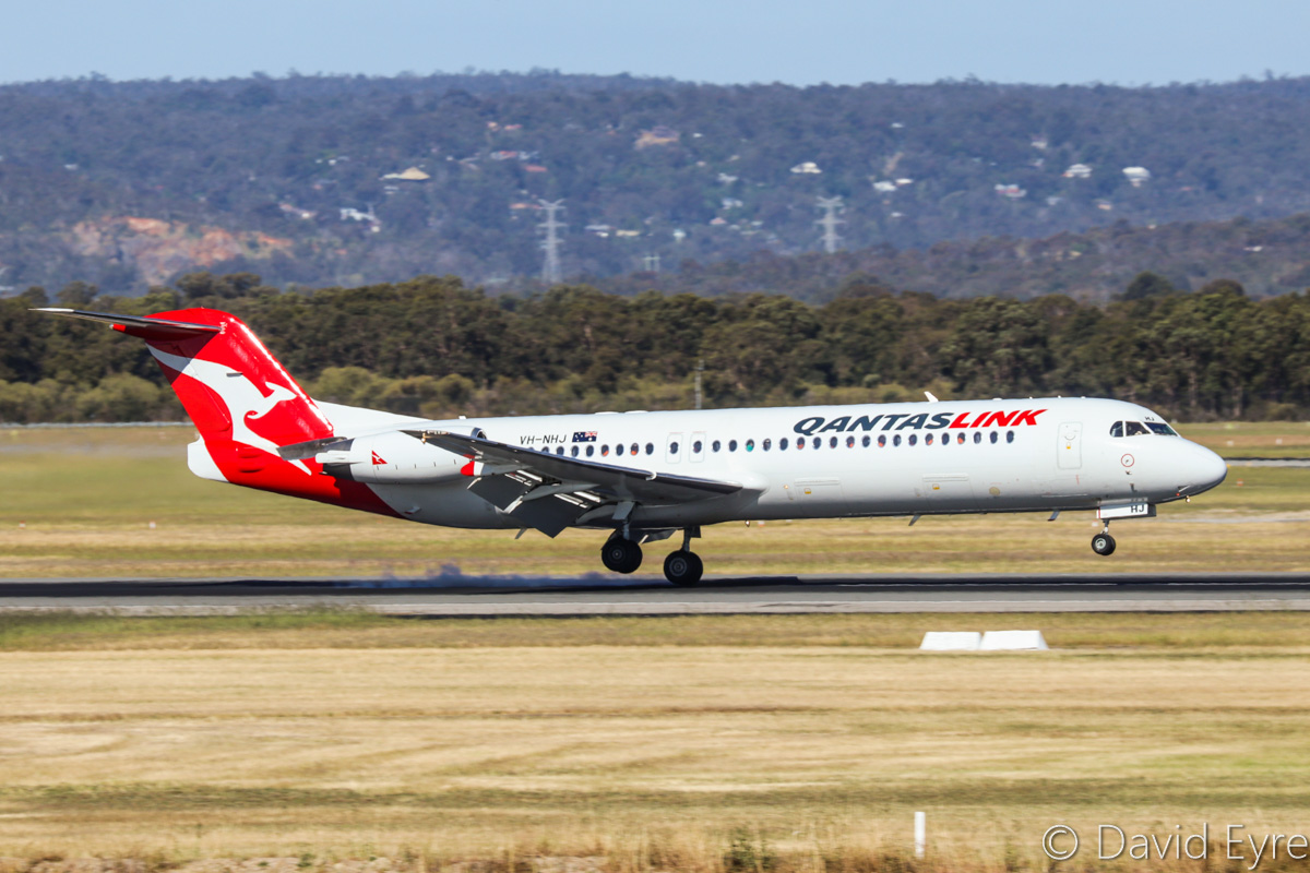 VH-NHJ Fokker 100 (MSN 11464) of QantasLink (Network Aviation), at Perth Airport – Fri 28 October 2016. Crosswind landing on Runway 21 at 3:24pm, arriving from Newman. Photo © David Eyre