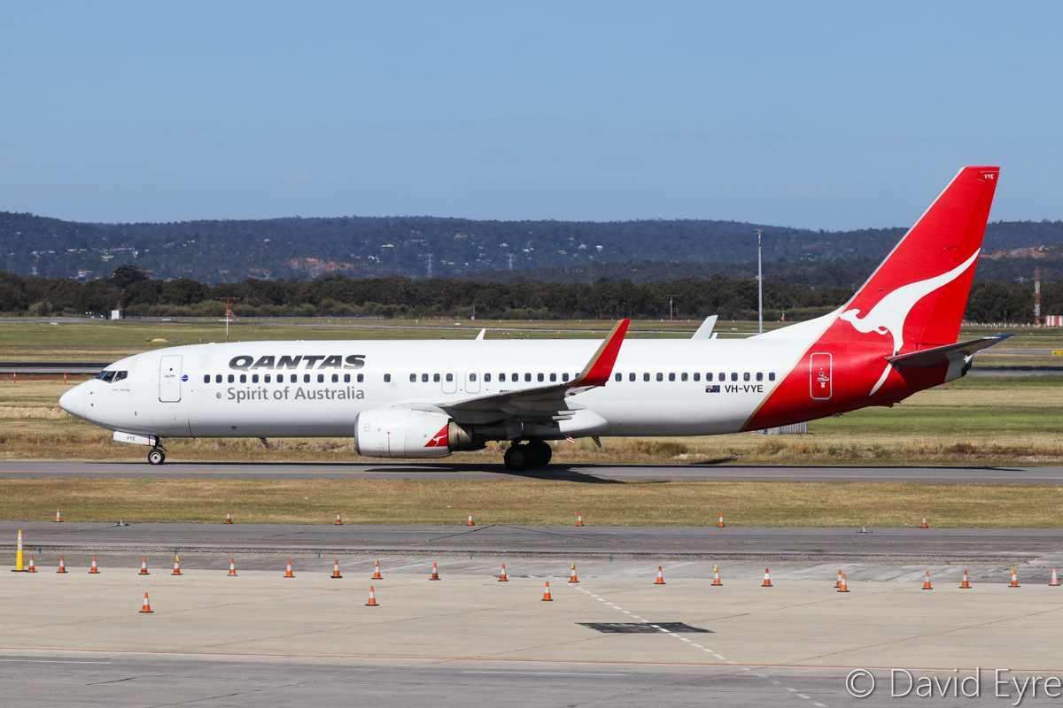 VH-VYE Boeing 737-838 (MSN 33993/1712) named 'Alice Springs' of Qantas, at Perth Airport - Fri 28 October 2016. Taxying in at 3:14pm as QF585 from Adelaide. Photo © David Eyre