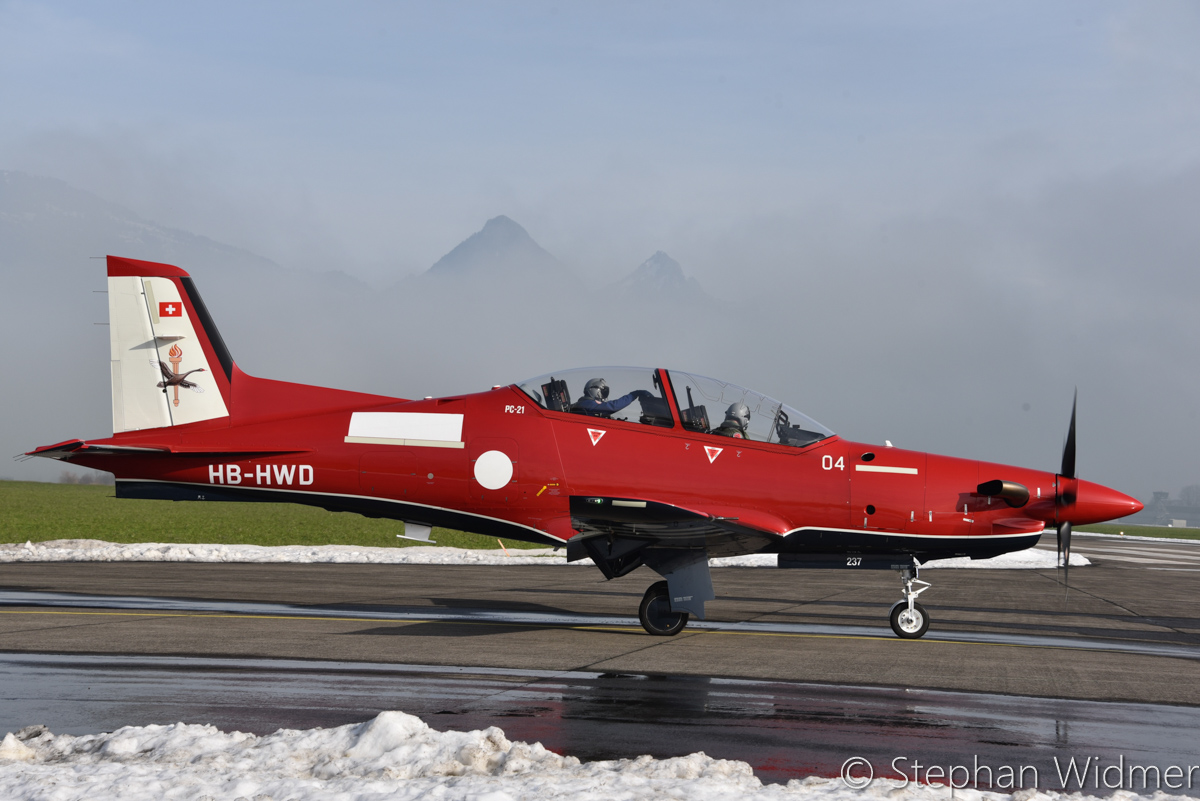 A54-004/HB-HWD Pilatus PC-21 (MSN 237) of the Royal Australian Air Force, in 2 FTS markings, at Stans, Switzerland - Thu 2 February 2017. With an RAAF instructor pilot undergoing training in the front seat. Photo © Stephan Widmer