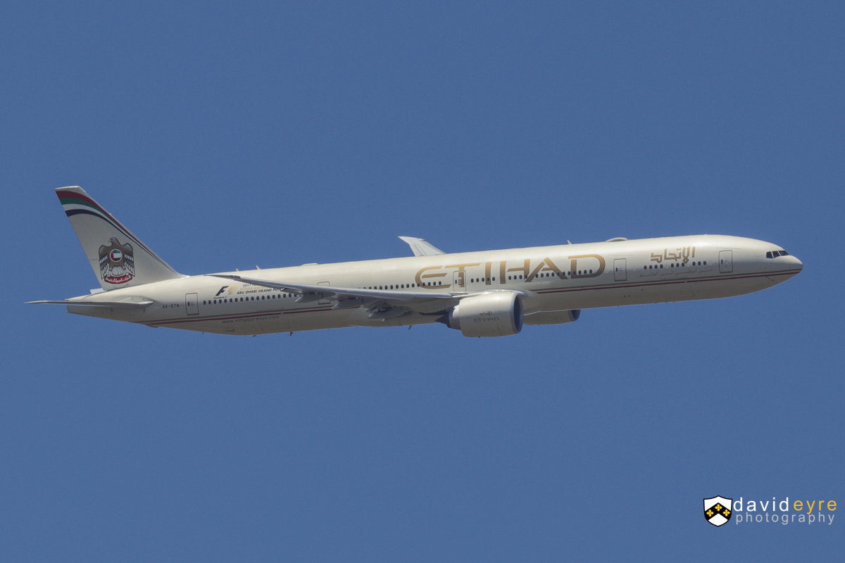 A6-ETN Boeing 777-3FX ER (MSN 39689/1086) of Etihad, over the Swan Valley, Perth – 29 October 2017. Flight EY486 from Abu Dhabi was operated by this Boeing 777-300ER today, instead of the usual 787-9 Dreamliner. Seen here turning onto final approach for Perth Airport's runway 21 at 1:21pm. A6-ETN visited in April and November 2014 on unscheduled medical diversions, so this was its first scheduled visit. Photo © David Eyre